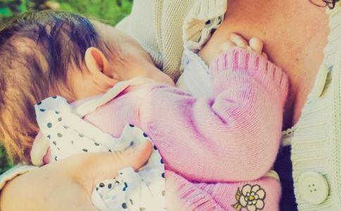 宝宝睡觉翻身打滚 婴儿睡觉打滚 小孩睡觉打滚